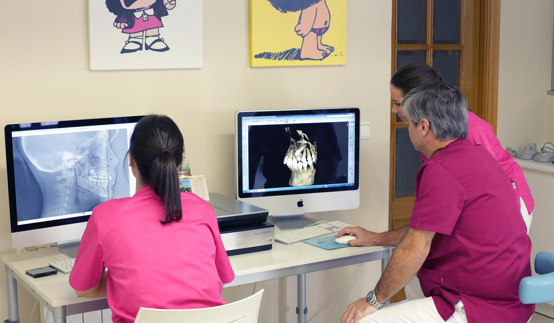tratamiento ortodoncia analizando radiografías